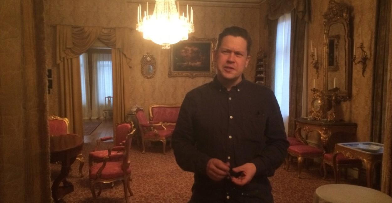 Fredrik Käck guidar i Rettigska våningen. (Foto: Mats Dyfverman)